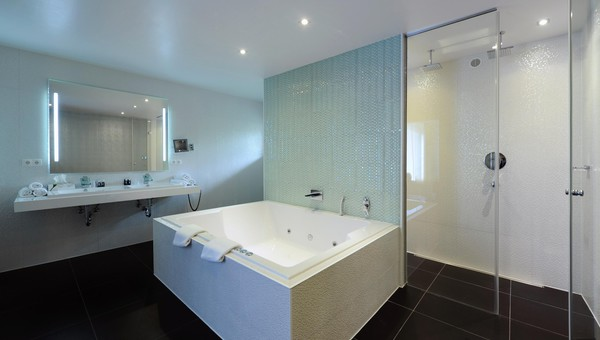 Badkamer Met Whirlpool : Suite van der valk hotel moers